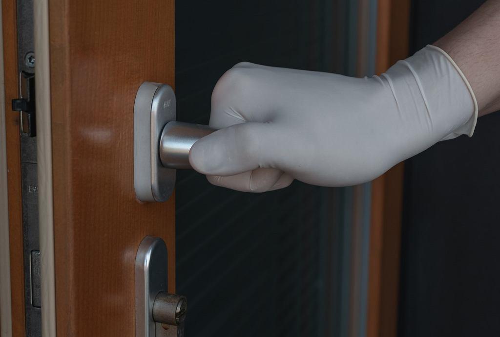 Jak i czym zdezynfekować klamki w domu?