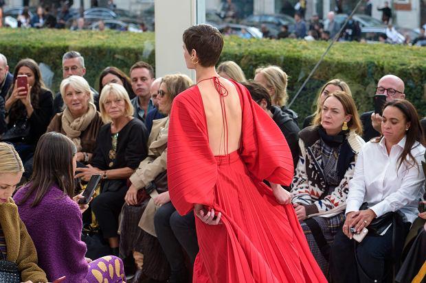 Czerwona sukienka z najnowsze kolekcji Valentino