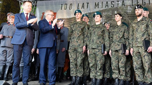 Europoseł PiS Ryszard Czarnecki obok ministra Błaszczaka na uroczystościach w Legionowie