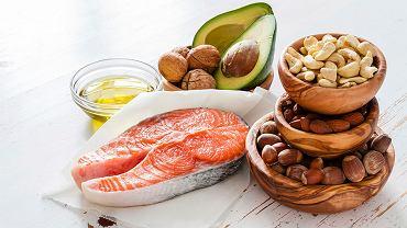 Warto sięgać po produkty bogate w zdrowe tłuszcze.