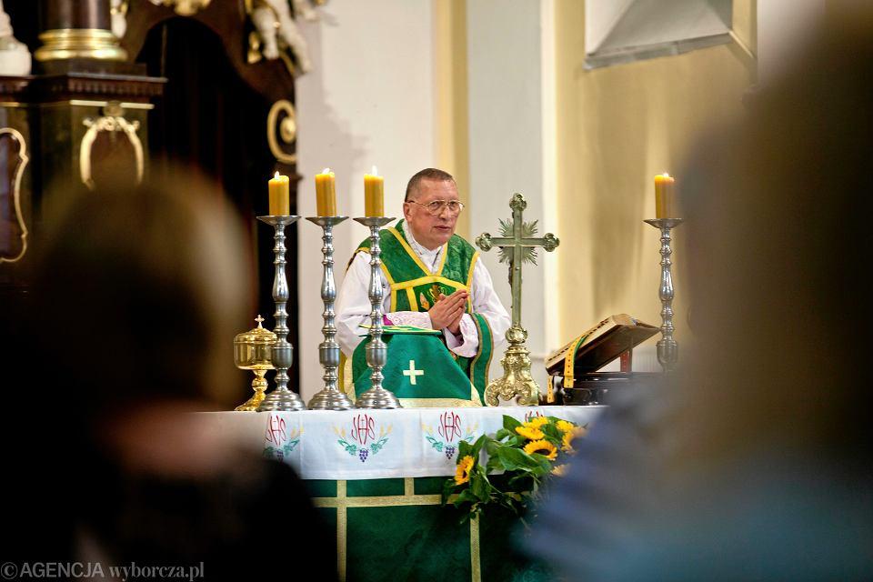 Ks. Roman Kneblewski w swoim kościele