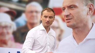 Sławomir Nitras na tle swojego baneru wyborczego