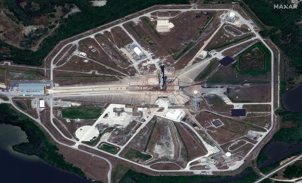 Zdjęcie satelitarne wyrzutnia 39A z rakietą szykowaną na misję Demo-2. Po lewej widać hangar SpaceX