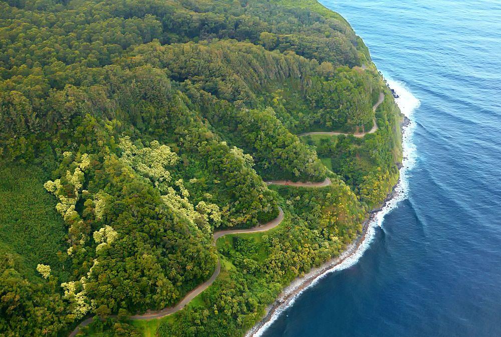 Pną się w górę i wiją się jak sznurki. Od jazdy po nich aż kręci w brzuchu, za to od widoków można dostać zawrotów głowy! Spektakularne trasy widokowe.//HANA HIGHWAY (HI-360). Znajduje się we wschodniej części Maui w archipelagu Hawajów. Łączy Kahului z miastem Hana. Ma 110 km długości, 620 zakrętów i 59 mostów.