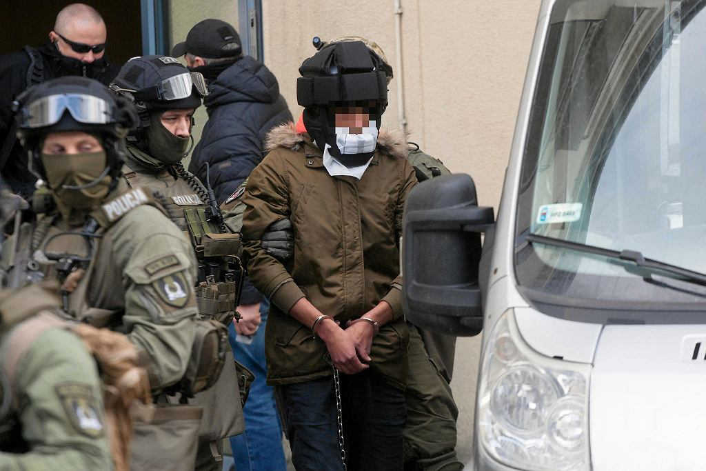 Kajetan P. konwojowany był w specjalnym kasku chroniącym policjantów przed atakiem