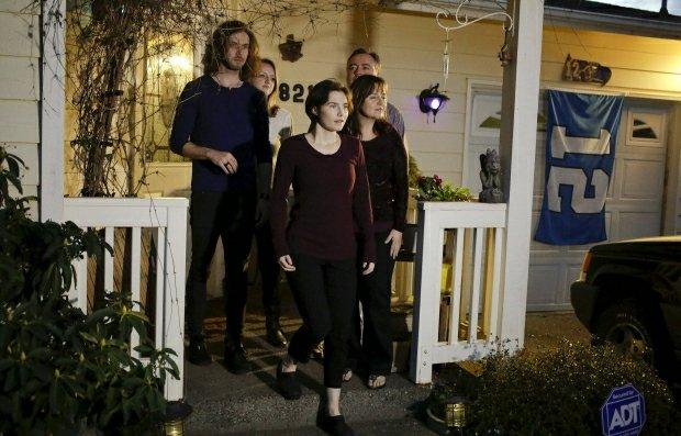 Amanda Knox z rodziną przed domem w Seattle