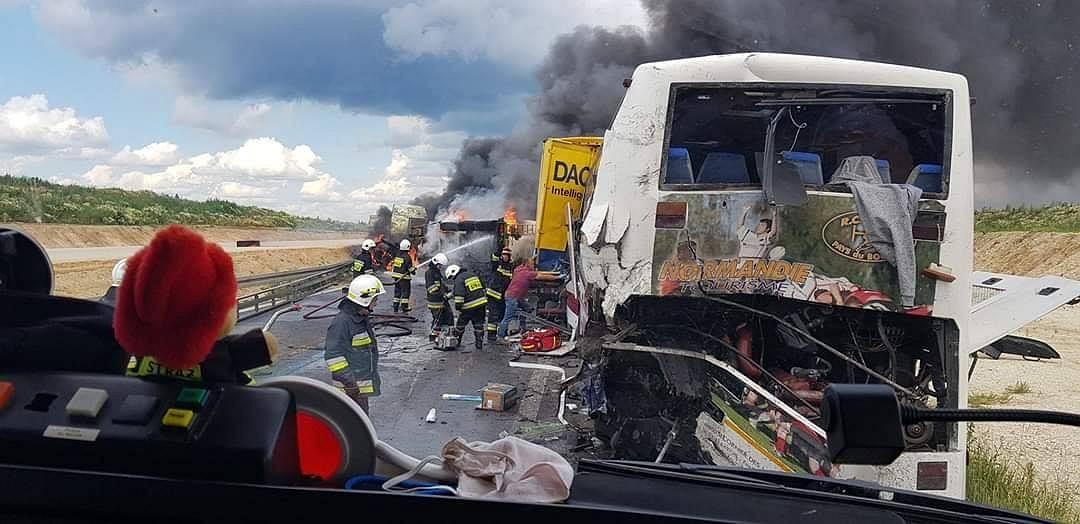 Zderzenie autokaru i dwóch ciężarówek na DK1. 32 osoby ranne, jeden z pojazdów stanął w płomieniach
