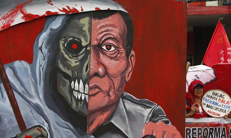 Demonstracja rolników w sąsiedztwie muralu przedstawiającego  prezydenta Rodrigo Duterte. Farmerzy protestowali przeciwko śmierci ponad 150 rolników za rządów obecnego prezydenta, domagali się również reformy rolnej. Manila, 19 października 2018 r.