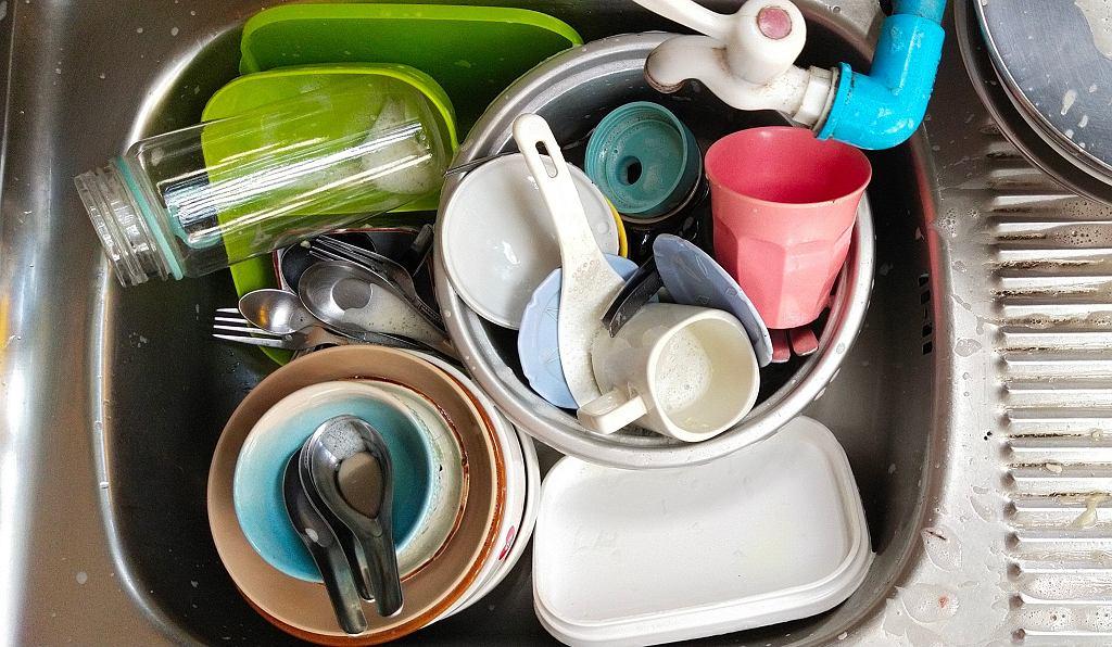 Zmywanie naczyń to dla wielu osób jeden z większych kuchennych koszmarów.