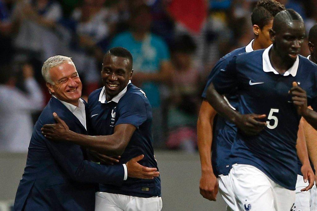 Blaise Matuidi cieszy się z gola razem z trenerem Francji Didierem Deschampsem