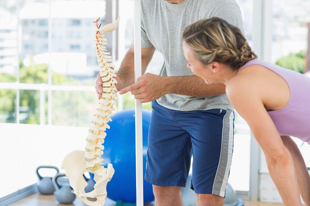 Ćwiczenia na bóle pleców. Zdjęcie ilustracyjne