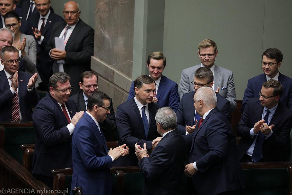Członkowie rządu składają gratulacje ministrowi sprawiedliwości Zbigniewowi Ziobrze po odrzuceniu wotum nieufności.
