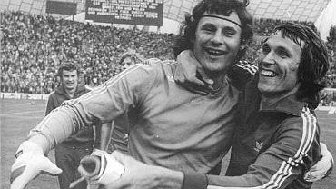 Jan Tomaszewski (po lewej) i Henryk Kasperczak po meczu z Brazylią na mistrzostwach świata, 1974 r. (fot. Bundesarchiv, Bild 183-N0716-0310 / Mittelstädt, Rainer / CC-BY-SA 3.0)