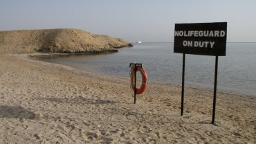 Zatoka Abu Dabab jw rejonie Marsa El Alam. W tej okolicy doszło do tragedii polskich turystów. Na plażach są informacje, że nie ma ratownika