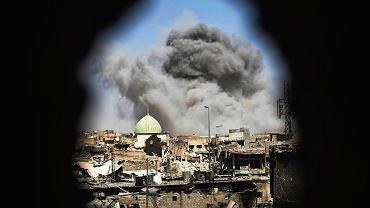 Eksplozja bomby podczas ataku irackich oddziałów specjalnych na stanowiska ISIS w Mosulu. Czerwiec 2017