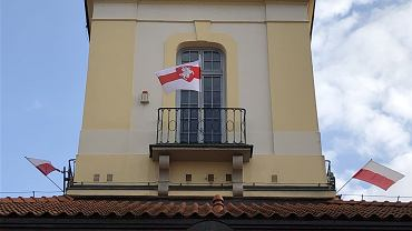 Biało-czerwono-białe flagi z Pogonią powiewają na Ratuszu w centrum Białegostoku