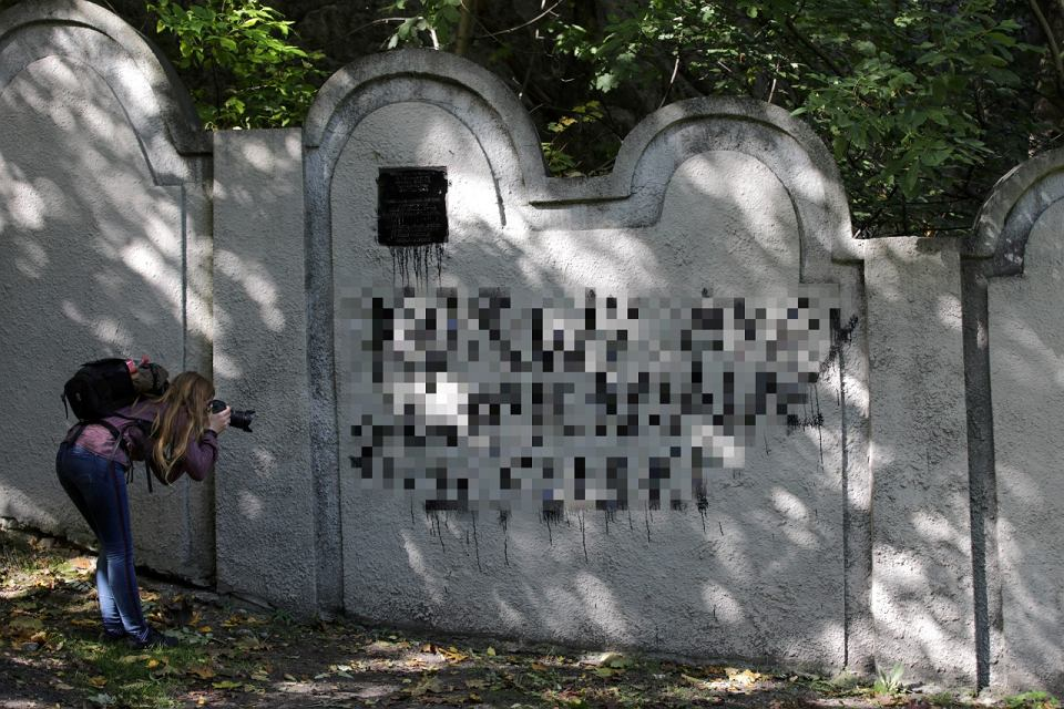 Zdjęcie numer 1 w galerii - Nieznani sprawcy zdewastowali fragment muru krakowskiego getta.