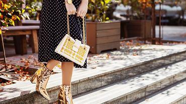 Spódnica za kolano w wersji jesiennej świetnie sprawdzi się z botkami
