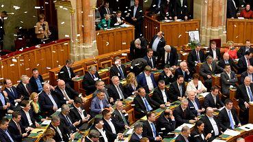 12.12.2018, Budapeszt, obrady w węgierskim parlamencie, opozycyjni posłowie zrzucają z balkonu ulotki.