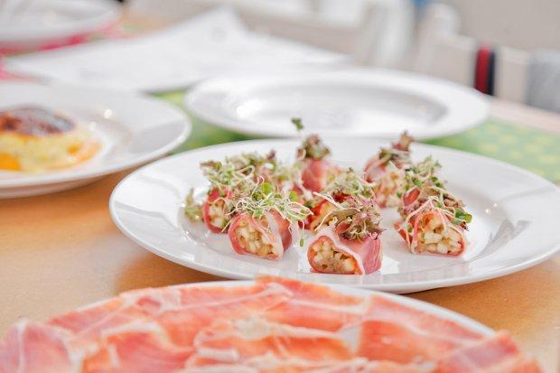 Sushi z suszonej szynki serrano e.t.g. z karmelizowaną cebulą i jabłkiem