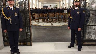 Głosowanie na Sali Kolumnowej po przeniesieniu obrad Sejmu. Głosy miał liczyć poseł Jarubas - ale nie było go na sali