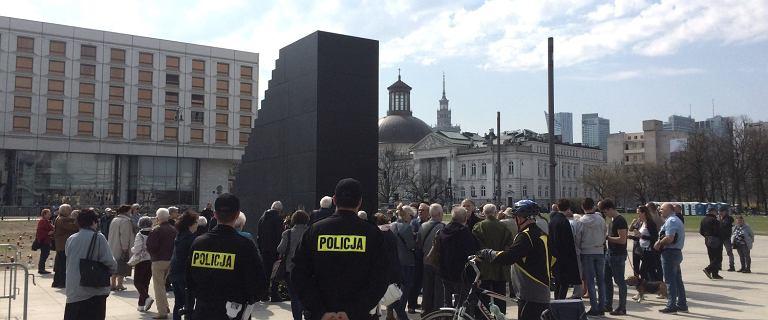 Czy przy pomniku smoleńskim można jechać na hulajnodze? Policja mówi, dlaczego interweniowała