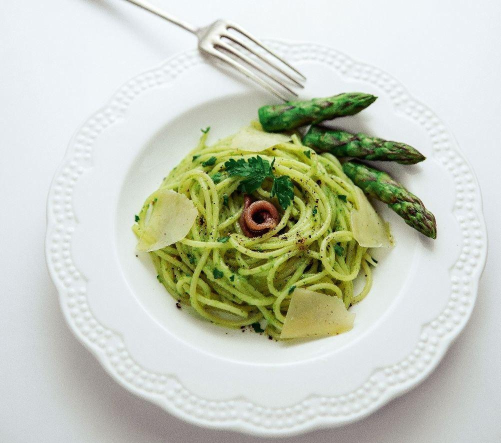 Spaghetti z pesto z zielonych szparagów i natki