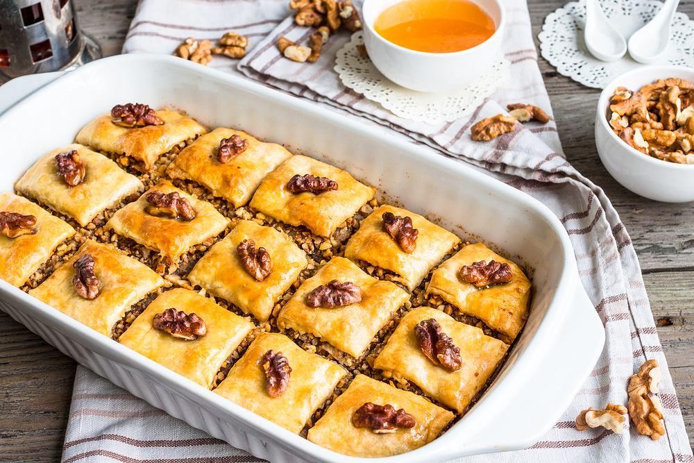 Baklawa (baklava, bakława) to słodki wypiek, który jest bardzo popularny w kuchni tureckiej, greckiej, perskiej, a także bałkańskiej.