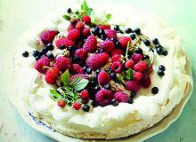 Pavlova ze śliwkowym purée i owocami leśnymi - ugotuj