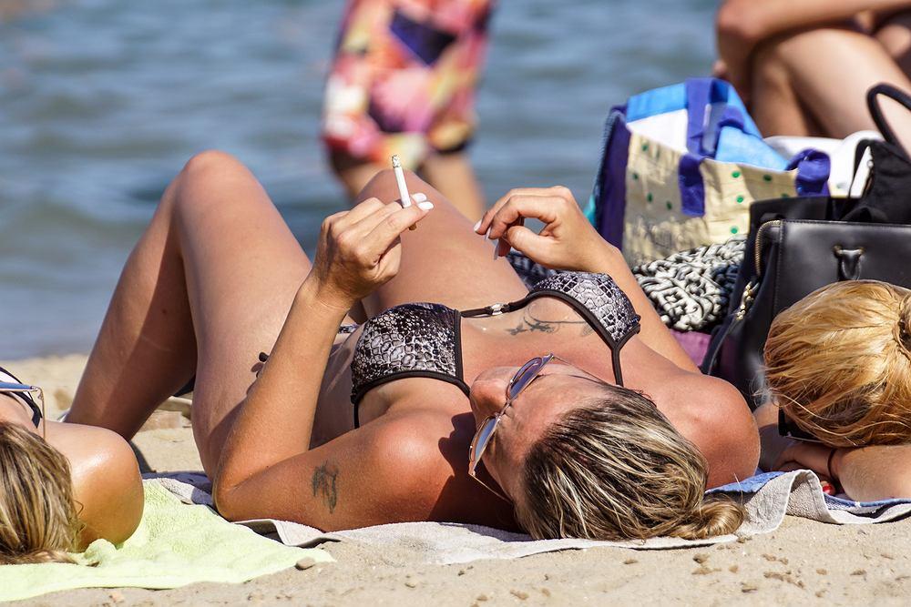 Największym problemem na plażach są pozostawione niedopałki papierosów