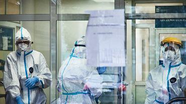 Za dzień hospitalizacji pacjenta z COVID-19 fundusz płacił 530 zł. Teraz tylko 180 zł.