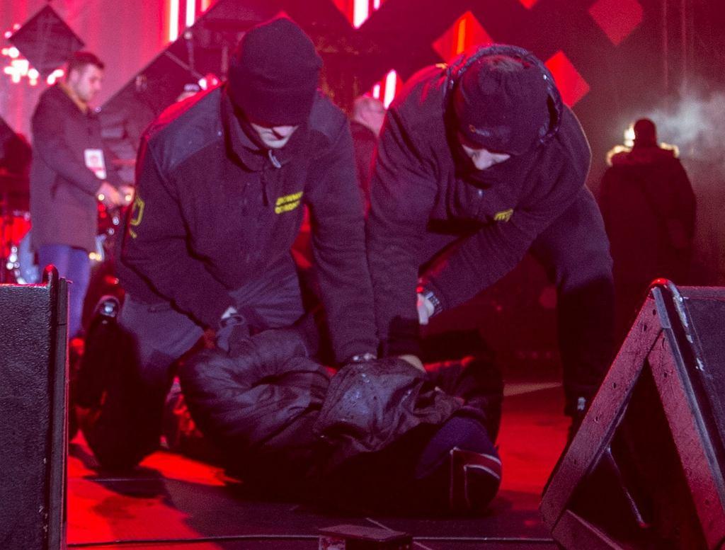 Nożownik Stefan W. obezwładniony, po ataku na prezydenta miasta Pawła Adamowicza. Scena 27. Finału WOŚP, Gdańsk, 13 stycznia 2019