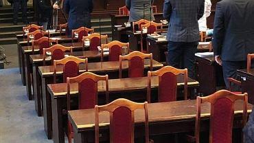 Niemal puste ławy PiS podczas minuty ciszy na sesji Rady Miasta w Łodzi. Radni innych klubów uczcili zamordowanego prezydenta Gdańska Pawła Adamowicza
