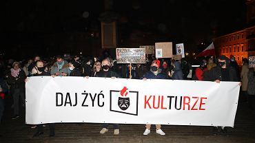 Protest środowisk artystycznych na pl. Zamkowym i przed Ministerstwem Kultury w Warszawie