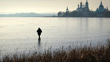 Mężczyzna spaceruje po zamarzniętym jeziorze Nero w miejscowości Rostów w Rosji, 23 listopada 2019.
