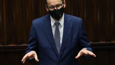 Premier Mateusz Morawiecki na sejmowej mównicy. Warszawa, 27 października 2020