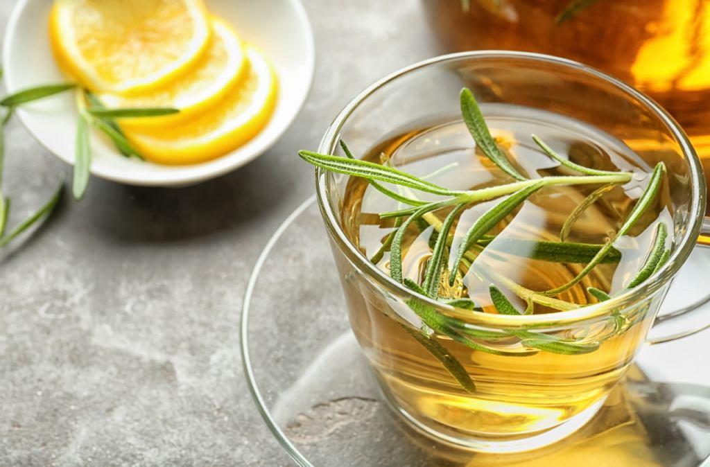Rozgrzewająca zielona herbata z rozmarynem