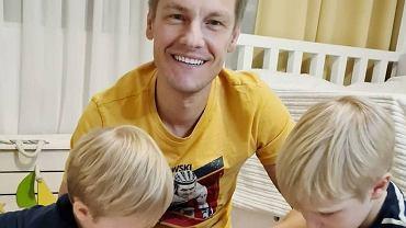 Marcin Mroczek bawi się z synami. Przy okazji możemy zobaczyć ich pokój. Jest schludnie, ale przytulnie