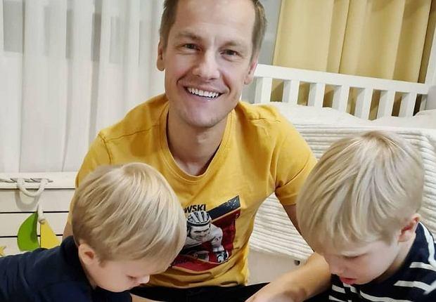 Marcin Mroczek spędził popołudnie w radosnym rodzinnym gronie. Zabawy z synami nie było końca. Na Instagramie aktora pojawiły się zdjęcia, które upamiętniły wspólne chwile, a jednocześnie pokazały nam, jak wygląda pokój chłopców.