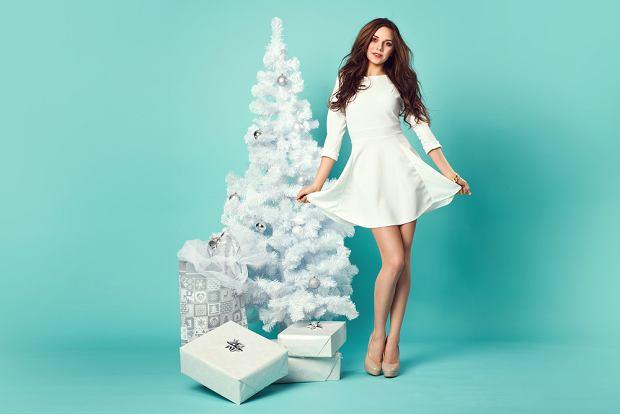 Sukienka świąteczna biała to zawsze modna kreacja. Zdjęcie ilustracyjne