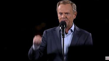 Donald Tusk podczas manifestacji na placu Zamkowym 10.10.2021