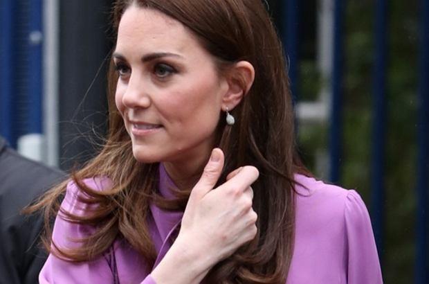 Zdjęcie numer 1 w galerii - Zamierzony cel czy modowa wpadka? Księżna Kate tę koszulę powinna założyć zupełnie inaczej