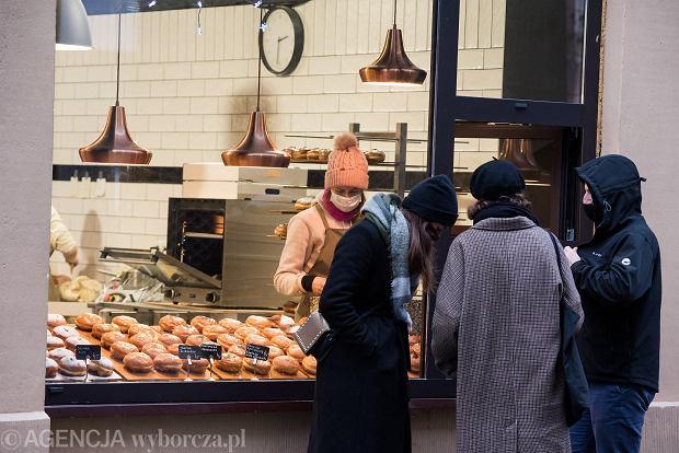 Zdjęcie numer 16 w galerii - Tłumy na Rynku we Wrocławiu. Spacery z jedzeniem na wynos i puszczanie baniek