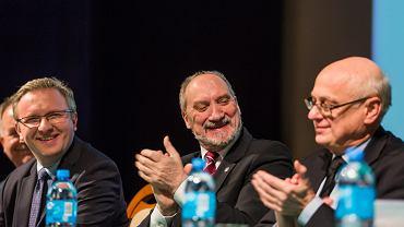 Prof. Zdzisław Krasnodębski (pierwszy z prawej) oraz Antoni Macierewicz i prof. Krzysztof Szczerski