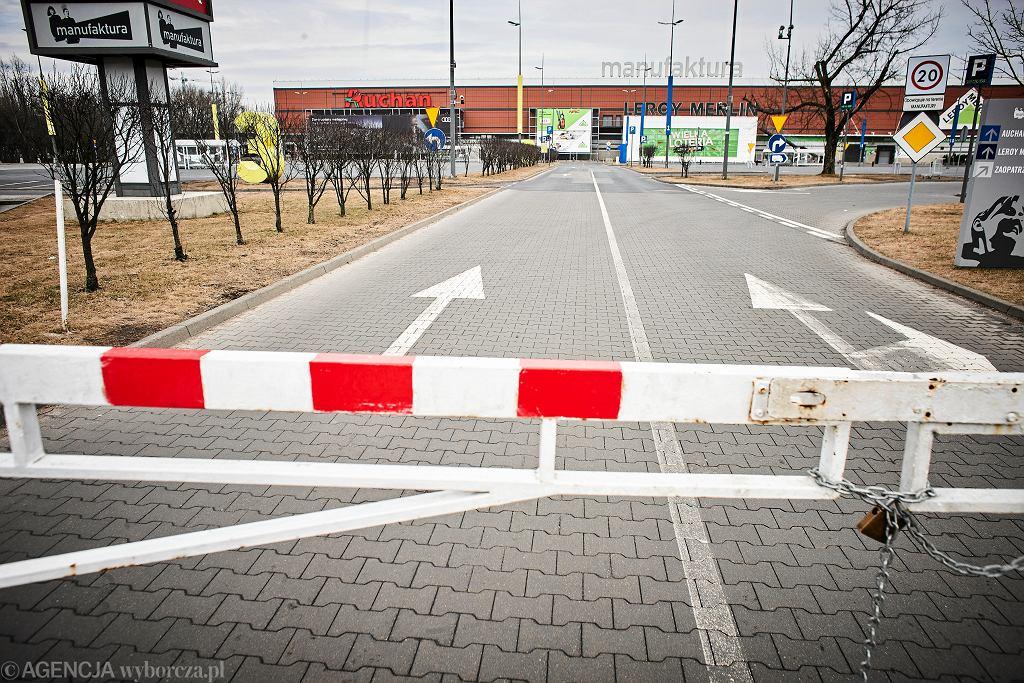 Zamknięty wjazd na parking przy CH Manufaktura w Łodzi, podczas niedzieli z zakazem handlu.