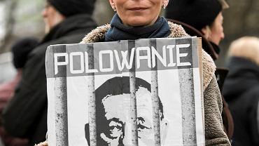 Pikieta przed siedzibą Regionalnej Dyrekcji Ochrony Środowiska w Olsztynie. Protest przeciwko planowanym przez Ministerstwo Środowiska Jana Szyszki, odstrzałom zwierząt jeleniowatych w rezerwacie Las Warmiński koło Olsztyna