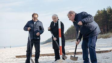 Jarosław Kaczyński wkopuje słupek geodezyjny wyznaczający przebieg Przekopu Mierzei Wiślanej , który ma połączyć Zalew Wiślany z morzem Bałtyckim