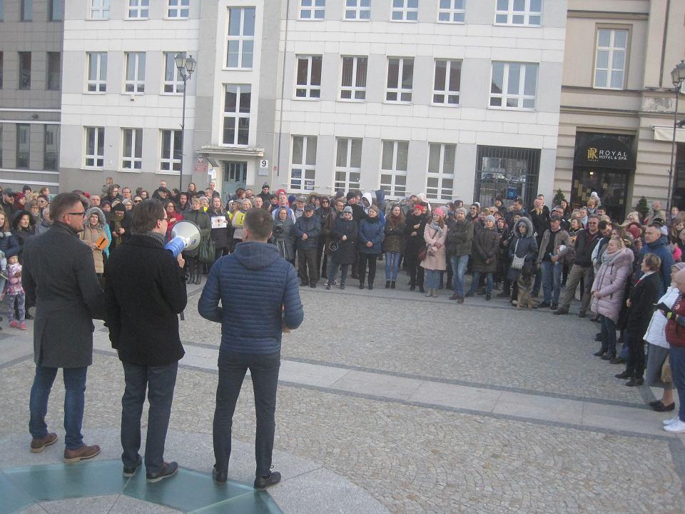 Sobota, 13 kwietnia, pod podlaskie kuratorium znowu przyszły tłumy solidaryzujących się ze strajkującymi pracownikami oświaty