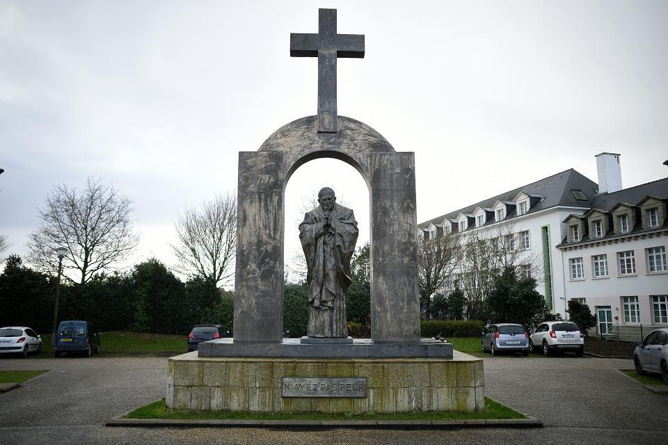 Pomnik papieża Jana Pawła II w Ploermel