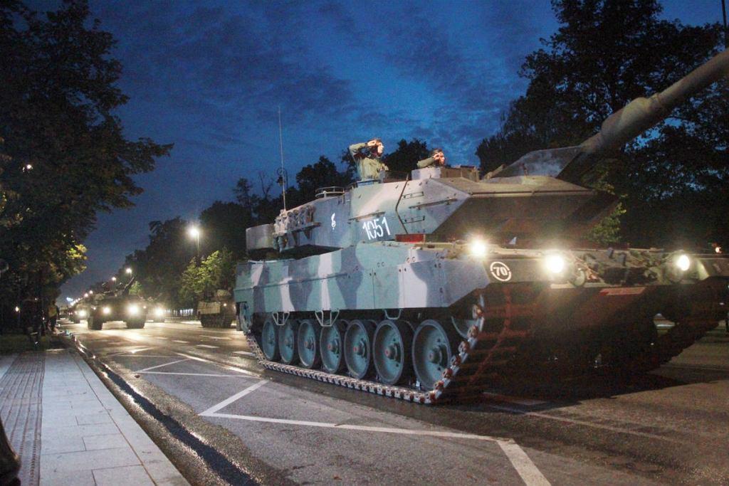 Żołnierze podczas nocnej próby generalnej - przed defilada na święto Wojska Polskiego 2014.